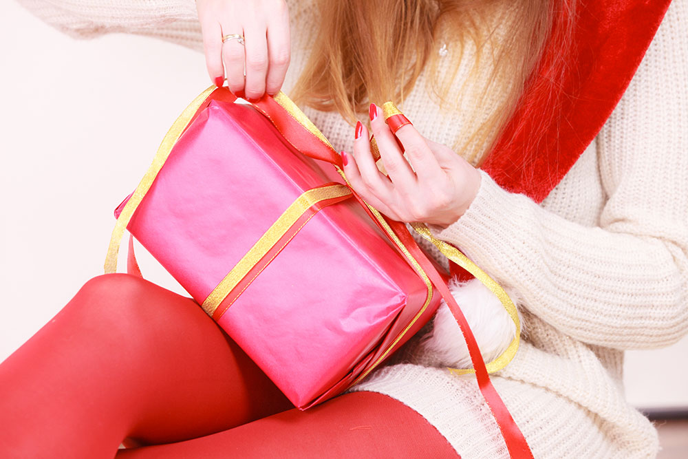 THE HOLIDAY SEASON IS COMING. DON'T MAKE GIFT WRAPPING A PAIN